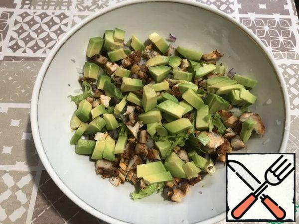 We also cut the avocado into cubes and add it to the salad.