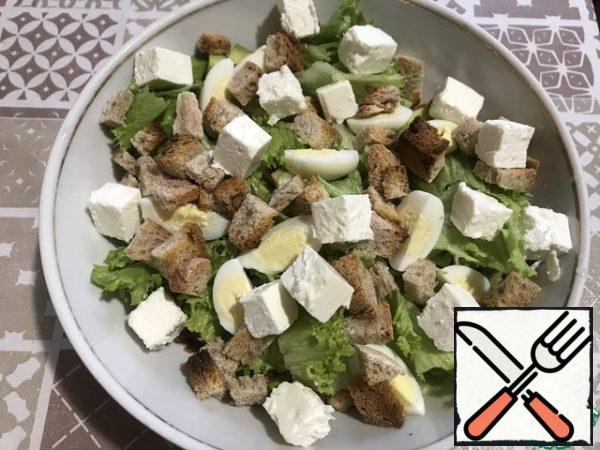 In the end, we spread the diced feta and in this form you can already put the salad on the festive table.You can add salt and pepper to taste, but I do not see the need for this, feta and mayonnaise will give the desired piquancy and taste.