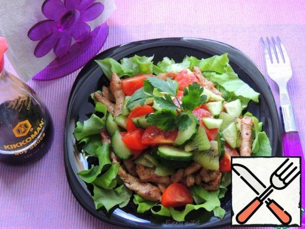 Mix the vegetables and put them on top of the meat. Pour the salad dressing.