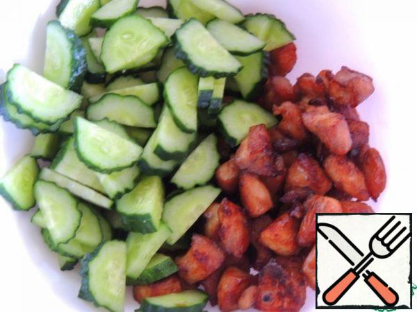 In a bowl, combine the cucumbers and chicken, pour the dressing and mix.