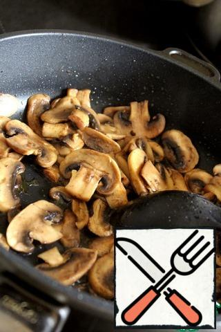 Fry the mushrooms in olive oil (1 tbsp.), cut into thin slices, for about 5 minutes.