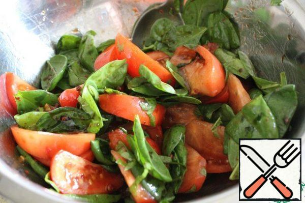 In a bowl, mix the tomato slices with spinach and parsley and pour the sauce, mix gently.