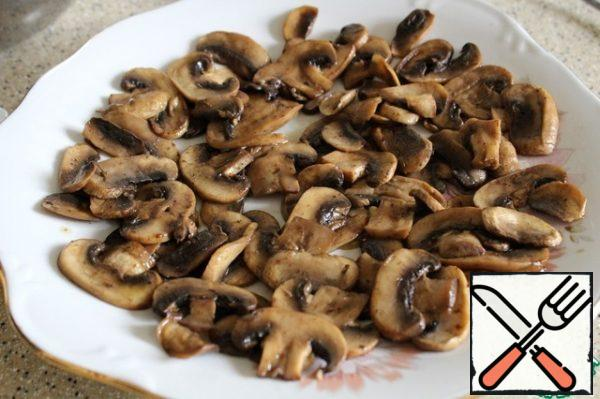 Spread the fried slices of mushrooms on the dish.