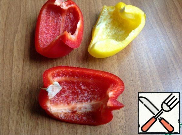 Peel the peppers from the core and cut them into serving slices. If you do not have time, then cut the pepper into cubes and add to the salad.