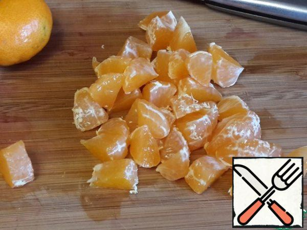 Break the tangerine into slices. Cut each slice into 2-3 pieces.
