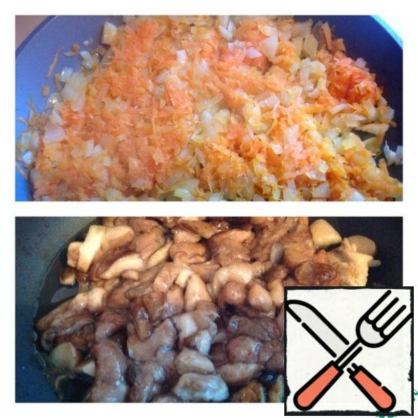 Finely chop the onion, grate the carrot and fry in a small amount of vegetable oil. Finely chop the mushrooms and fry them separately from the onion in vegetable oil, add salt.