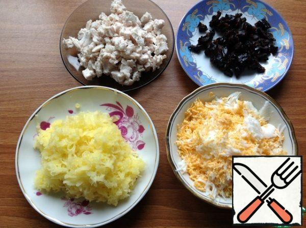 Cut the chicken into small cubes like prunes. Grate the potatoes and egg on a fine grater. Drain the excess liquid from the corn.