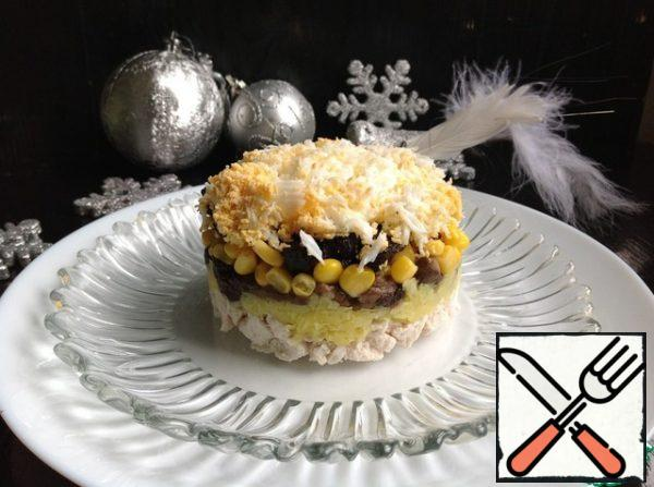 Assemble the salad in layers: first, the chicken breast, smear with mayonnaise. Next, potatoes-mushrooms-onions with carrots and smear with mayonnaise. Then corn-prunes and egg.