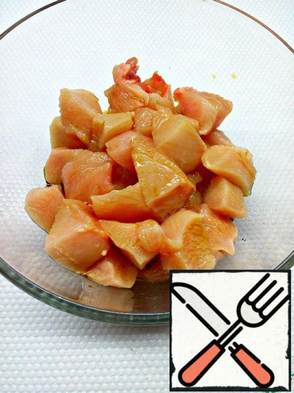 Cut the chicken breast into pieces, do not need to be very small. Put it in a bowl, pour the soy sauce and put it in the refrigerator to marinate for at least half an hour.