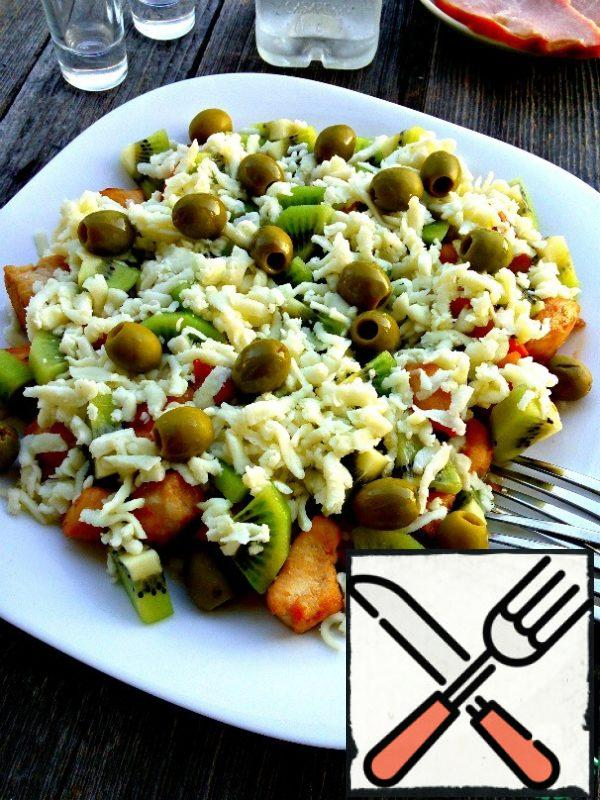 Spread the olives on top. If desired, they can be cut. Pour the lemon juice dressing with olive oil.