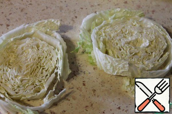 Cut the cabbage into rings 2-2. 5 cm thick.