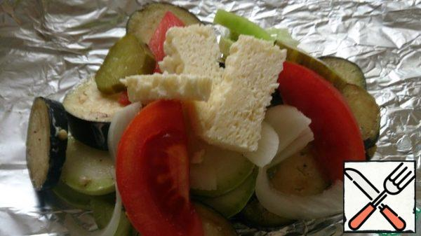 Put the vegetables on a sheet of foil, put a few pieces of cheese on top.