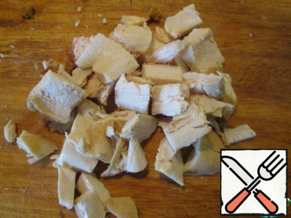 Separate the chicken meat from the bone and cut into plates 3-4 mm wide, then into pieces, about 2 x 2 cm.
