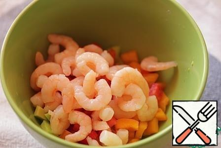 Mix the fish with the shrimps, bell pepper and avocado, season to taste with salt and pepper, and drizzle with olive oil.