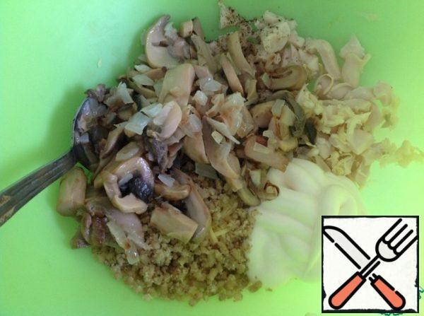 Add the cooled mushrooms and onions. Mix the salad. You can add chopped dill greens.