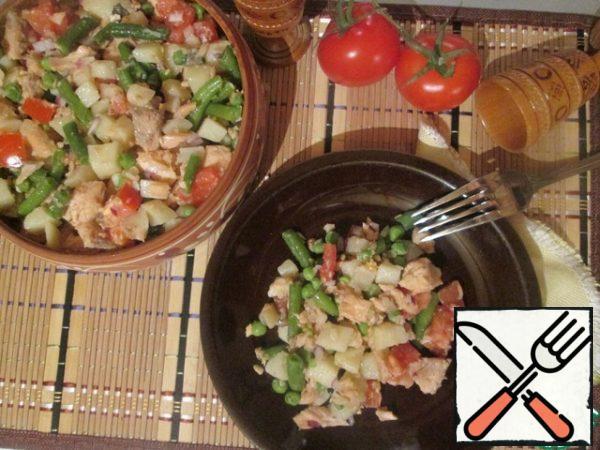 In a salad bowl, combine the ingredients, salt, pour olive oil, mix.