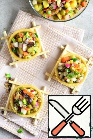 You can serve the salad in a common salad bowl, or in portions, including tartlets; Lean tartlets can be prepared by yourself, or you can buy ready-made ones;