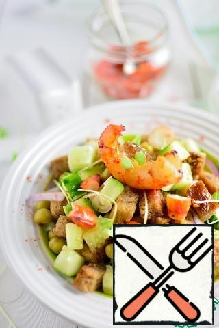 Cut the shrimps (if large), leave one whole, and mix; Put the salad on a plate, add the shrimp, drizzle with oil, salt and pepper to taste;