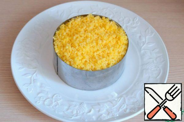 Sprinkle the salad with grated egg yolk. The egg layer can be lightly salted.