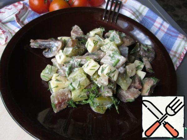 Add the chopped dill, sprinkle with olive oil and serve. You can fill the salad with sour cream.