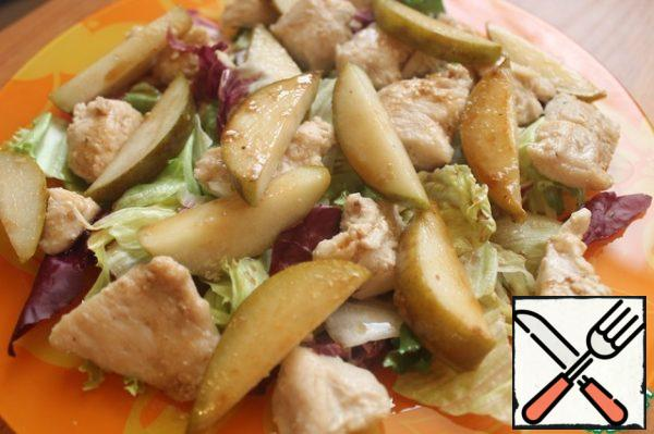 Put the salad mix, chicken and pears on a platter and pour the dressing over them.