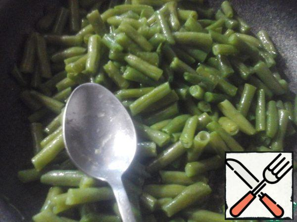 Boil the string beans in boiling water for 3 minutes. Then fry in vegetable oil. Cool and allow the oil to drain.