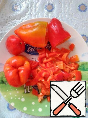 Cut the bell pepper into cubes.
