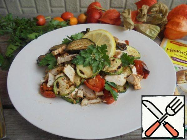 Put the chicken breast, grilled fried vegetables, cherry tomatoes in a salad bowl, and garnish with parsley leaves. Sprinkle with lemon juice and pepper to taste.