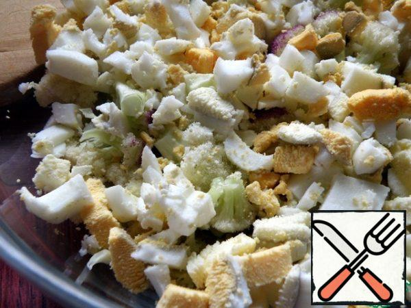 Cut the eggs into cubes and mix with the cabbage.