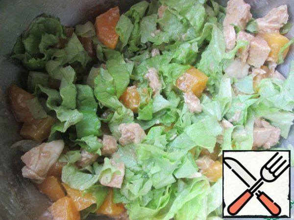 Cut the peaches into cubes, lettuce-strips, combine with the chicken, mix.