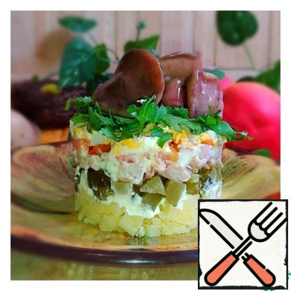 Assemble the salad in layers: 1) potatoes+mayonnaise 2) cucumbers 3) chicken+mayonnaise 4) bulgarian pepper 5) eggs+mayonnaise 6) greens 7) mushrooms