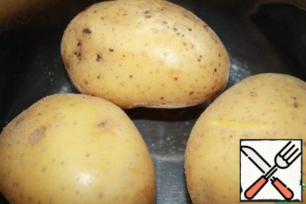 Boil the potatoes in a uniform and peel them.