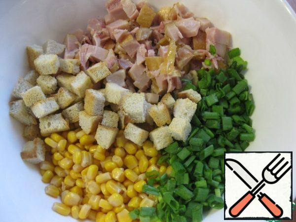 It's very simple! Cut the chicken fillet into cubes (I took the ham), drain the liquid from the corn, chop the onion finely, put everything in a bowl. Crackers can be taken ready-made, but I would recommend making them yourself - from a baguette or a white loaf, add some of the crackers to a bowl.