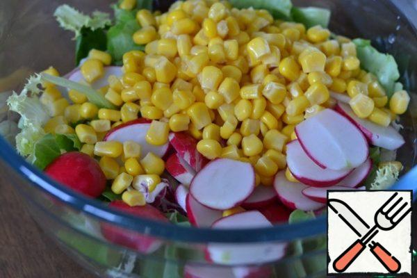 In a large bowl, spread the lettuce leaves. Sliced radish, corn without liquid.