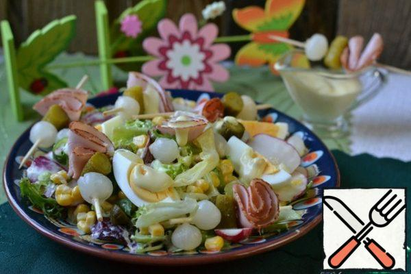 Cut the boiled eggs into quarters. Spread on the salad. Skewers are also spread on the salad and pour the remaining sauce.