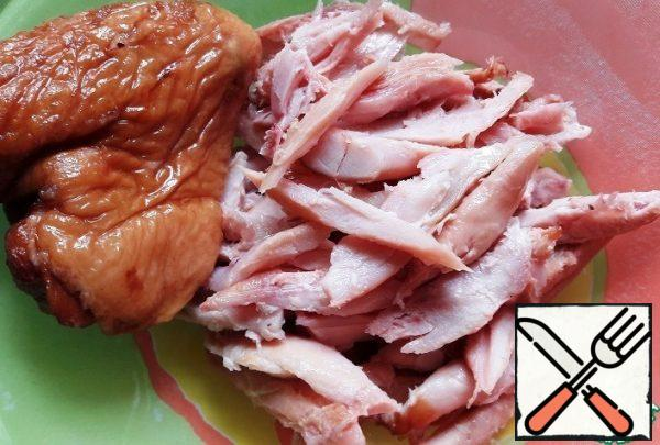 Cut the smoked chicken fillet into fibers.