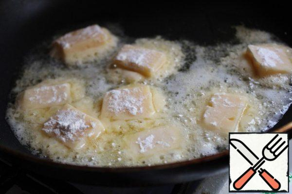 In a frying pan, heat 1 tbsp of vegetable oil, put the cheese and fry it on both sides until golden brown. The cheese will melt when frying, it will spread. Cool the chips.