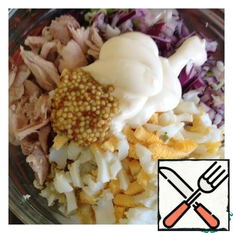 Mix the mayonnaise with the grainy mustard and season the salad. Mix well.