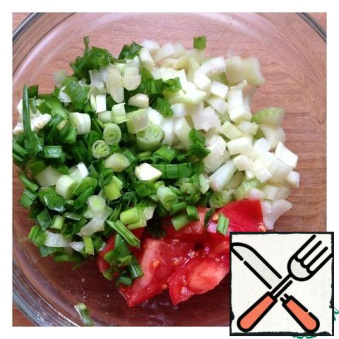 Finely chop the green onion, cut the tomatoes quite large, and cut the celery into half rings.