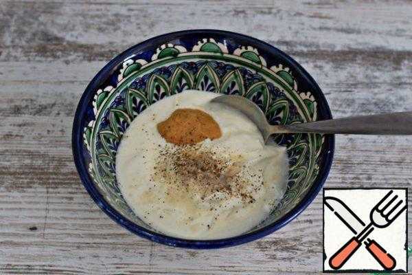 Prepare the dressing. Mix sour cream (or thick yogurt) with mustard and lemon juice. Add salt to taste, season with pepper. You can fill the salad with mayonnaise.