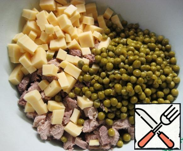 Add the green peas (pre-drain the liquid from the jar).