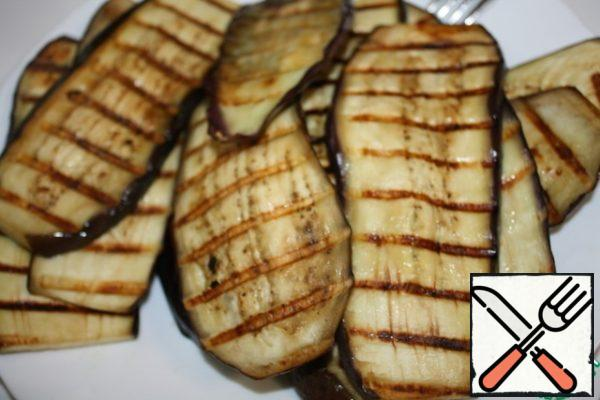 Cut the eggplants into plates, add salt and let them lie for about 20 minutes. Then wash off the salt and blot with a napkin. Fry either on the grill or on the grill pan in a small amount of oil. You can brush with oil and bake for about 15 minutes in the oven.