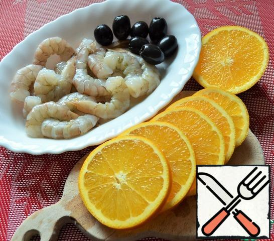 In a frying pan, pour 1 tbsp. l. oil, put orange rings, add a little salt. Fry for 2 minutes on each side, over medium heat.