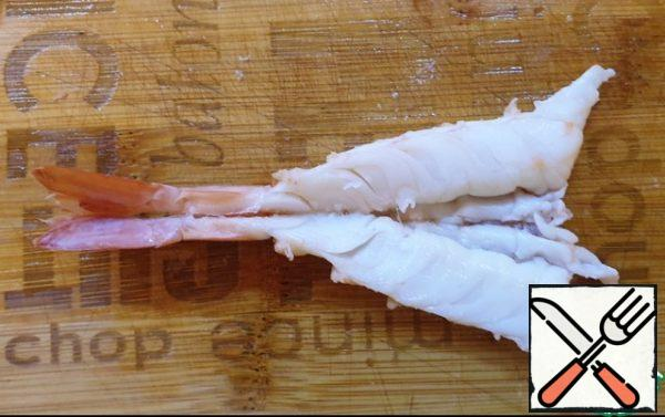 Boil the shrimps in boiling water for 2 minutes. Remove the shrimps for decoration from the skewers, peel off the shells, leaving only the tail. Put on the backs and cut from the side of the legs almost to the end. Clean from the esophagus, etc. if necessary.