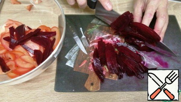 Cut fresh tomatoes into half rings, and boiled beets into strips. Place in a deep bowl.