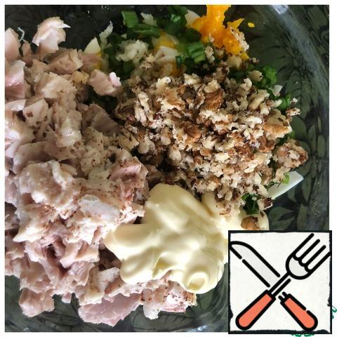 Walnuts lightly roll with a rolling pin, so that the pieces are not very small. Add the mayonnaise and mix the salad. Put the salad in the refrigerator for half an hour and only then serve.