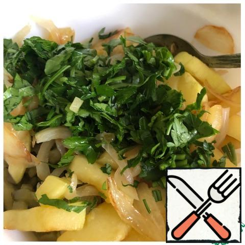 Add the fried vegetables, salt and finely chopped parsley. Mix the salad. I have enough oil from fried vegetables, I do not add any more to the salad.