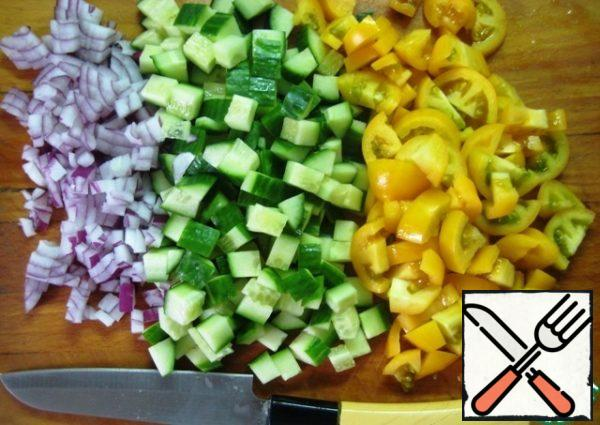 Finely chop the onion, cucumber and tomatoes into small pieces (it is better to use small tomatoes or cherry tomatoes, I have yellow tomatoes Cream), put in a convenient dish for mixing the salad.
