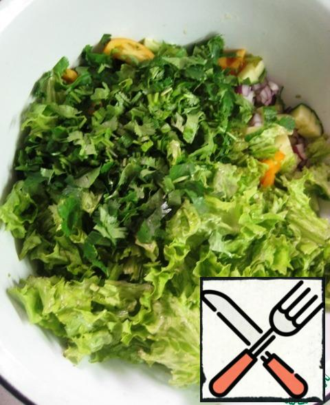 Add the pieces of lettuce leaves, chopped coriander greens.