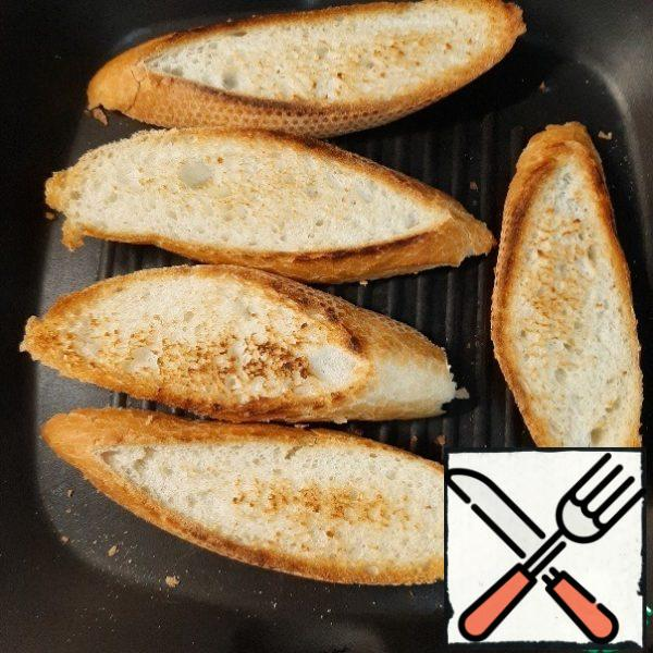 The number of ingredients you can take to your taste. Cut the baguette and dry it on both sides in a hot frying pan.